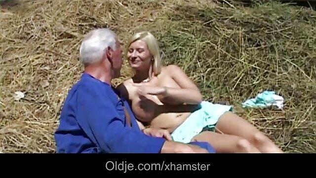 ლედი მოაქვს მოცურავე ორგაზმი, ქვეშ დედა პორნო ვიდეო წყლის პირში აღება